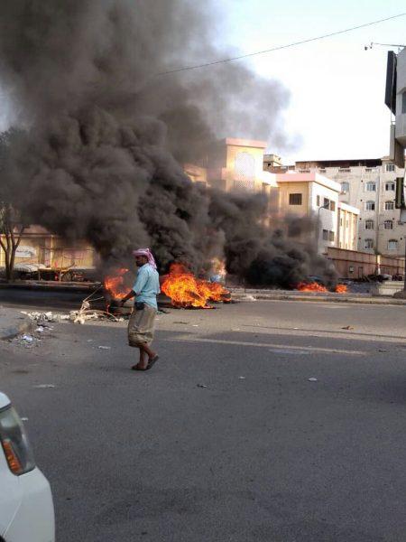 عدن.. الانتقالي يستغل الغضب الشعبي باعمال فوضى وقطع الطرقات (صور)