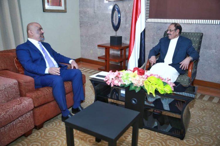 الفريق علي محسن يناقش الترتيبات الخاصة بمشاورات جنيف مع رئيس وفد الشرعية
