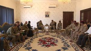 رئيس هيئة الأركان يصل العاصمة المؤقتة عدن ويستقبل وفداً عسكرياً أمريكياً