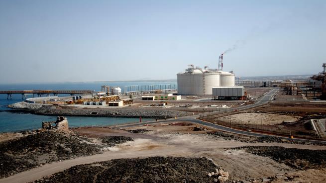 قضت من خلالهم على الإيرادات.. 9 مواقع اقتصادية يمنية تسيطر عليهم الإمارات