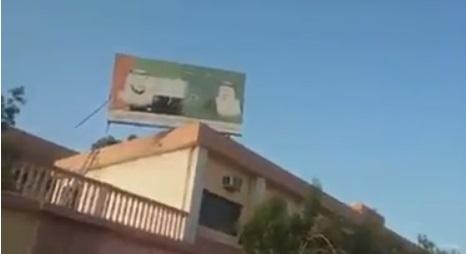 فيديو .. اسقاط صور محمد بن زايد وقادة الامارات من اعلى مبنى مدرسة بالمنصورة