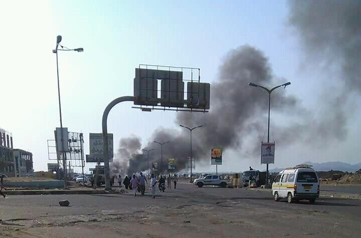 """هذا ما يحدث في عدن منذ الصباح: قطع الطرقات واعتداءات على مواطنين """"تفاصيل"""""""