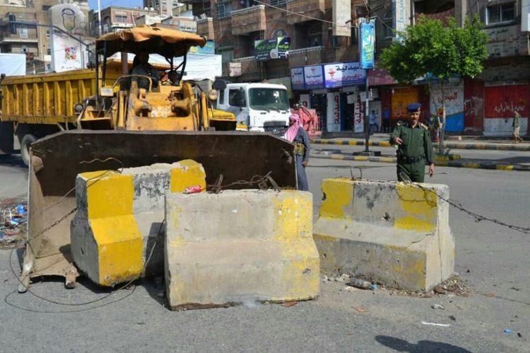 اللجنة الرئاسية تزيل الحواجز والنقاط في عدد من أحياء مدينة تعز بعد سحب المسلحين