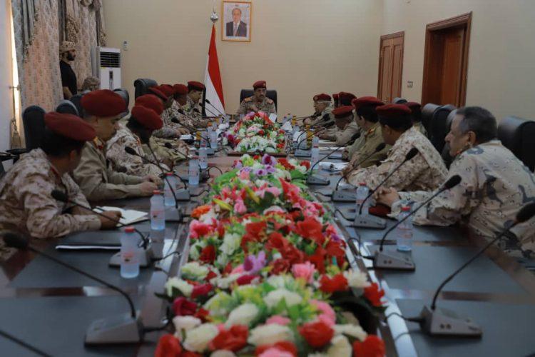 العقيلي يعقد اجتماعا لقيادات وزارة الدفاع في العاصمة المؤقتة عدن