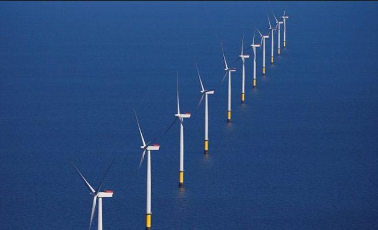 بريطانيا تفتتح أكبر مزرعة بحرية لتوربينات الرياح في العالم