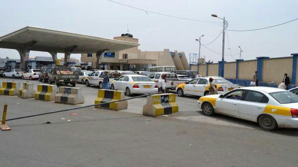 أزمة مشتقات نفطية في صنعاء تتسبب بإغلاق جميع المحطات