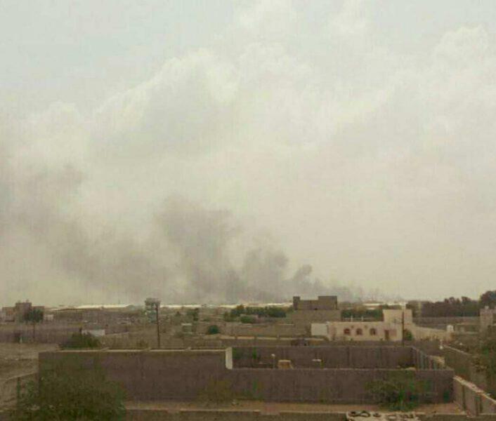 طيران التحالف العربي يشن غارات على عربات لمليشيا الحوثي في الحديدة وتصاعد للدخان من أماكن الاستهداف