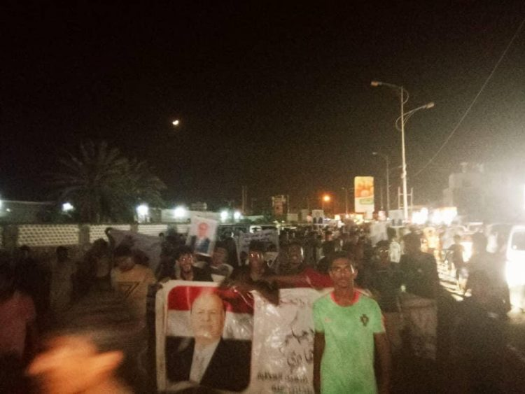بالصور.. مظاهرات تجوب شوارع عدن تأييداً للرئيس هادي والحكومة ورفضاً للفوضى وقطع الطرقات