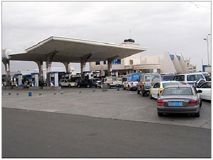 أزمة مشتقات نفطية في عدن وسعر 20لتر من البنزين تجاوز 8آلاف