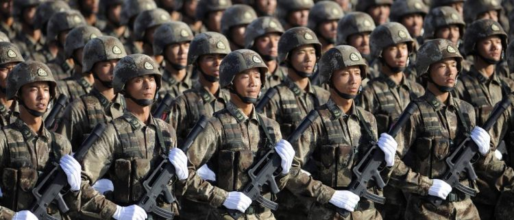 استدعت السفير الأمريكي في بكين.. الصين تحتج على فرض أمريكا عقوبات على جيشها