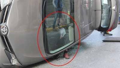 رجل يعلق في وضعية غريبة بعد حادث مروري.. والصورة تثير الدهشة