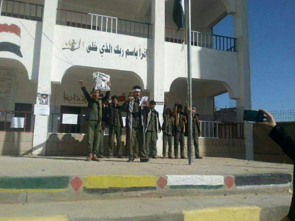 """مليشيات الحوثي تلزم طلاب مدارس العاصمة والحديدة تحرير رسائل شكر لمقاتليهم وترديد """"الصرخة"""" في الطابور"""