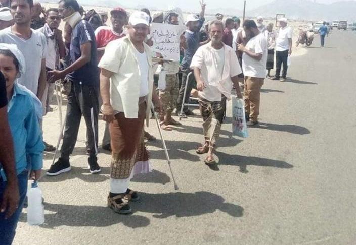 قوات تابعة للإمارات تعتدي على الجرحى في عدن.. وتكافئ تضحياتهم بهذا الأمر..؟!