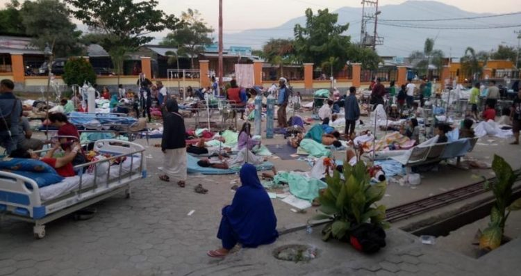 """""""تسونامي"""" زلزال إندونيسيا قتل 400 شخص وشرد المئات"""