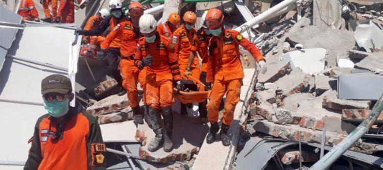 تم اعلان حالة الطوارئ في الجزيرة.. عدد قتلى «تسونامي» إندونيسيا يفوق 1200