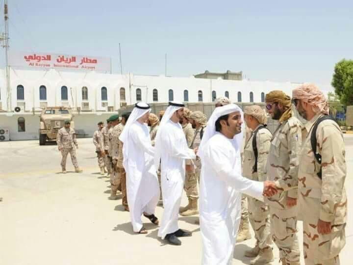 صورة تكشف إستقبال مطار الريان لمواطنين إماراتيين فيما تغلقه الإمارات بوجه اليمنيين فقط