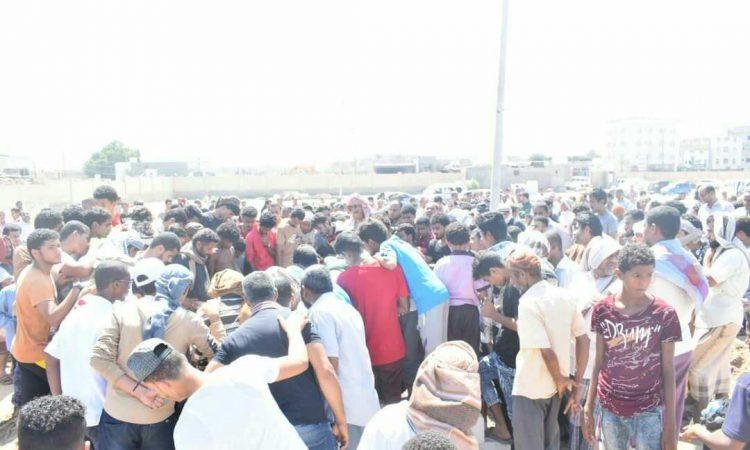 تشييع مهيب لمدير جمعية الاصلاح بعدن يتحول إلى تظاهرة ووقفة احتجاجية