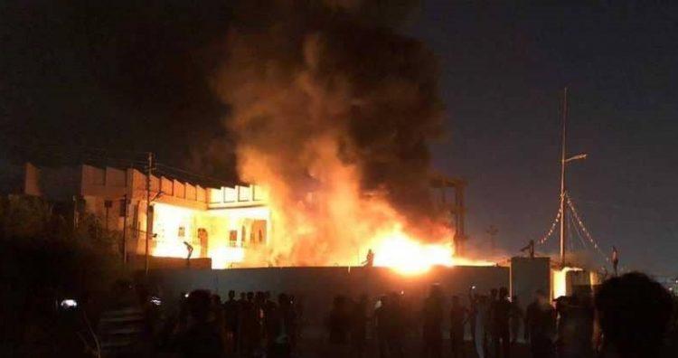 عدن.. مليشيات المجلس الانتقالي تحرق مبنى تابع للشرطة العسكرية بالتواهي