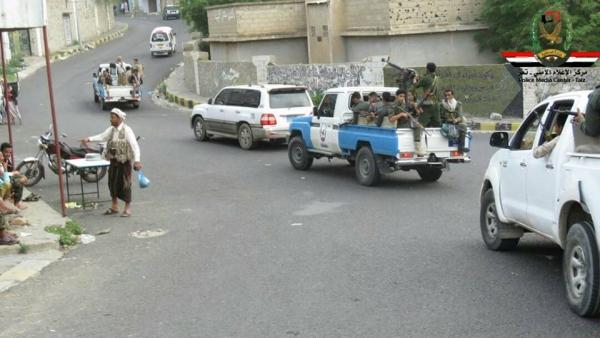 الحملة الأمنية تلقي القبض على خمسة مطلوبين امنياً في حي الجمهوري بتعز