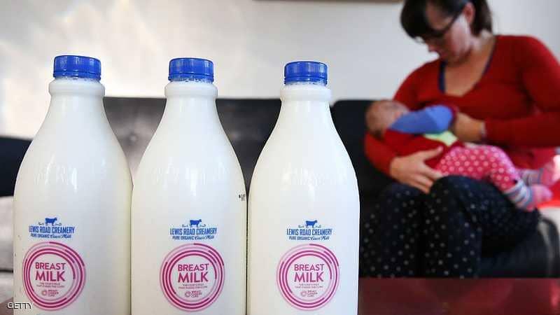 """لأول مرة.. بريطانيات يتبادلن """"حليب الأمهات"""" عبر فيسبوك"""