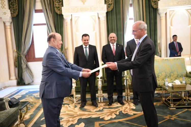 الرئيس هادي يتسلم أوراق اعتماد السفير البريطاني الجديد لدى اليمن