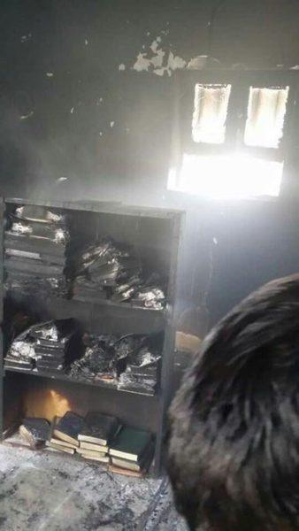 بعد رفض المصلين تأدية الصرخة.. مليشيا الحوثي تحرق مسجداً في ذمار (صور)