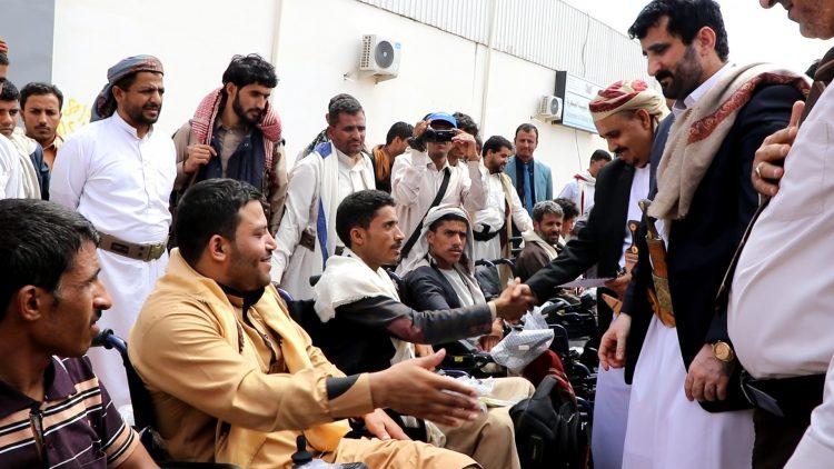مأرب: قدمها مركز الملك سلمان.. محافظ صنعاء يوزع عربات متحركة على جرحى الجيش الوطني