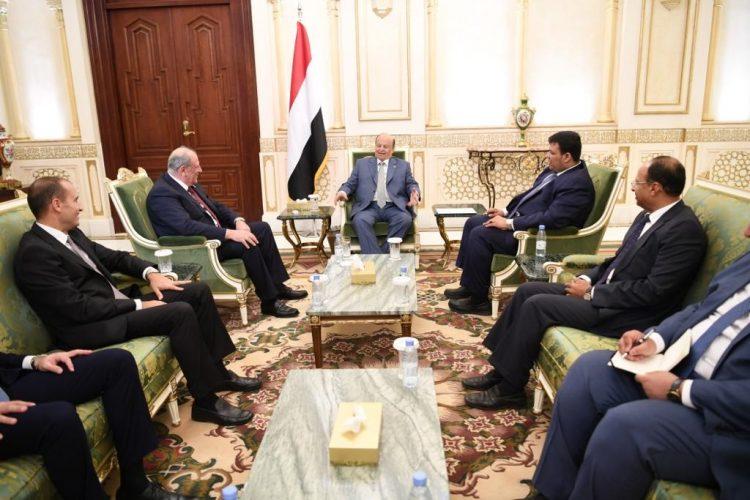 الرئيس هادي يتسلم دعوة للمشاركة في القمة العربية الاقتصادية بلبنان