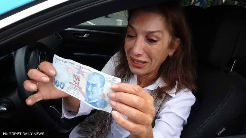 """سائقة تركية تنفجر بالبكاء بعد """"عملية نصب إيرانية"""""""