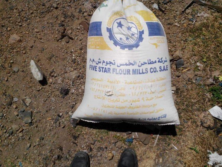 قوات الأمن في تعز تلقي القبض على ثلاث قاطرات تحمل أكثر من 1520 كيس دقيق مسوسة