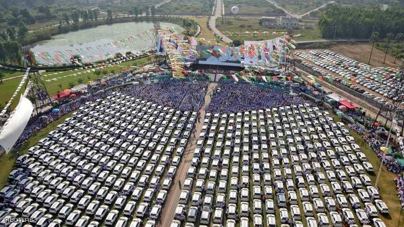 ملياردير هندي يوزع 600 سيارة على موظفيه
