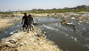 غرقا معه في محاولتهما لإنقاذه.. وفاة 3 شباب في إب غرقاً بمياه الصرف الصحي