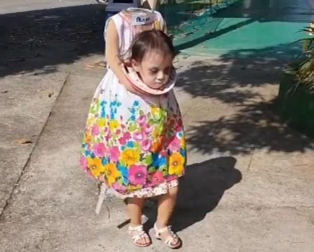 """طفلة تجوب شوارع الفلبين من """"دون رأس""""!"""