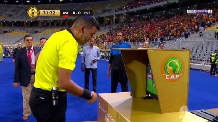 حكم جزائري يتحدى تقنية الفار ويمنح ضربتي جزاء للأهلي المصري