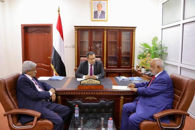 رئيس الوزراء يلتقي بمحافظ الحديدة ويشيد بانتصارات الجيش الوطني في الحديدة