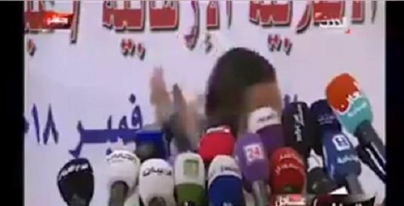 شاهد بالفيديو.. صحفي يرمي وزير الاعلام المنشق عن الحوثيين بالحذاء اثناء مؤتمر صحفي بالرياض