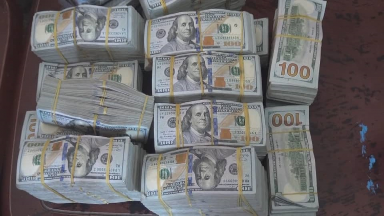 إنهيار كارثي للعملة الوطنية.. الدولار يتجاوز حاجز الألف ريال