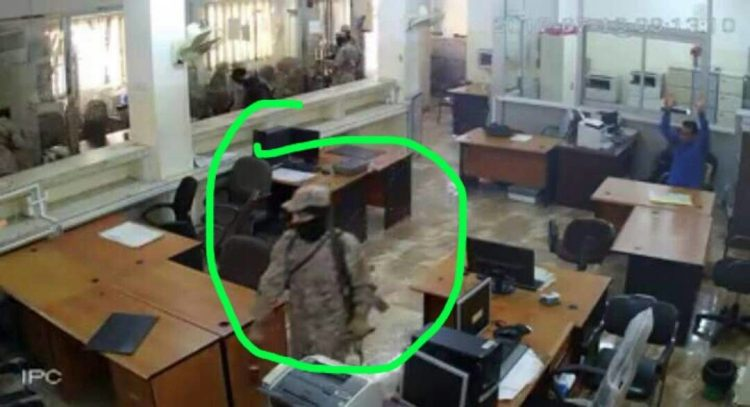 عدن.. احد افراد عصابة الهجوم على البنك الاهلي يؤكد في اعترافاته تورط عناصر أمنية في الهجوم