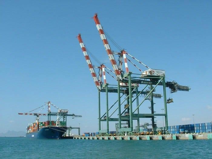 موانئ عدن تحذر من فرض رسوم مالية غير قانونية على السفن (وثقية)