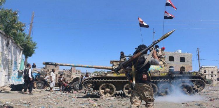 شاهد بالفيديو.. مليشيات الحوثي تحرق مصنع اخوان ثابت بقصف صاروخي