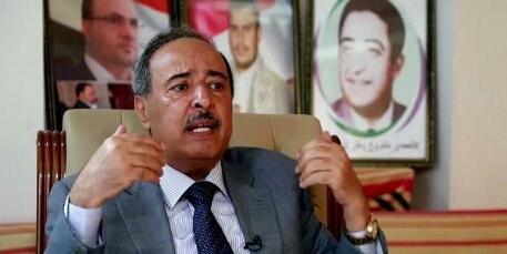 بارك للحوثيين اسقاط العاصمة في 2014.. مليشيا الحوثي تعتدي بالضرب والبصق على قيادي ووزير سابق