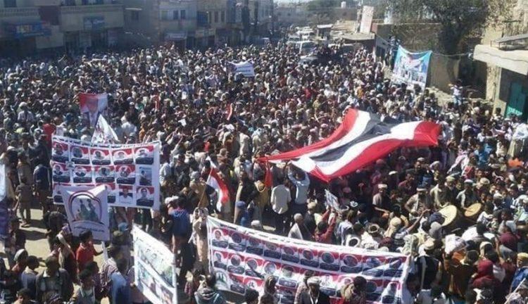 في ذكرى الاستقلال.. مديريات تعز تنتفض في مسيرات هتفت للجيش وطالبت باستكمال التحرير