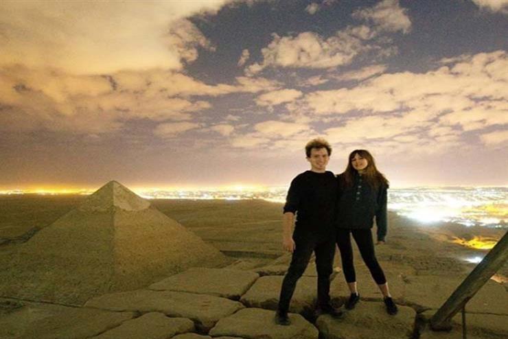 """مصور دنماركي ينشر فيديو """"إباحي"""" مع صديقته من قمة هرم (خوفو) في مصر"""