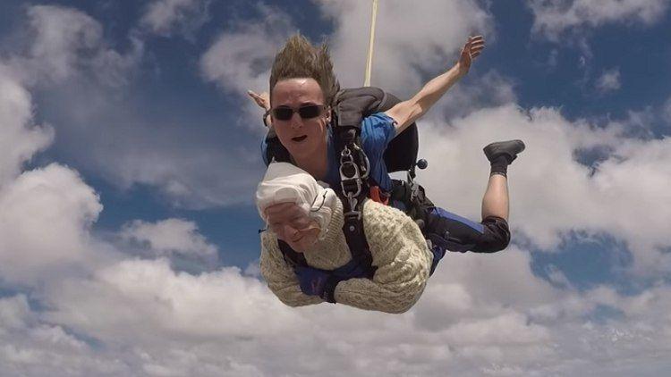 مسنّة عمرها 102 تسجل رقما قياسي وتقفز بالمظلة من علو 4000 متر