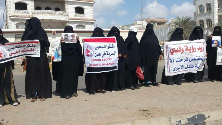 أمهات المختطفين بعدن تواصل وقفاتها الإحتجاجية حتى إطلاق سراح أبنائهن