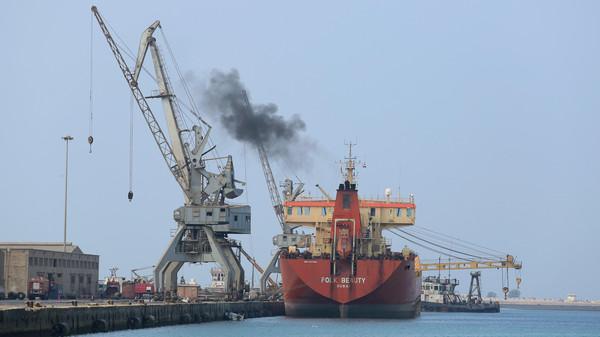 بعد رفض المليشيات السماح لها بتفريغ حمولتها.. سفينة نفطية تغادر ميناء الحديدة