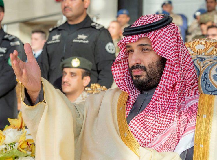 بالصور.. شاهد الامير محمد بن سلمان وسط الصقور السعودية