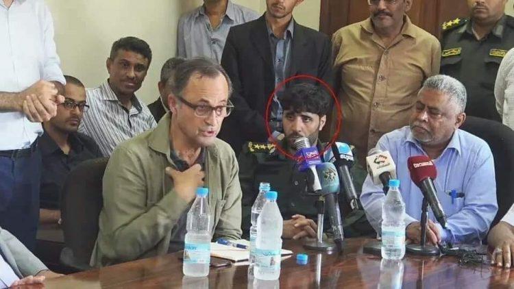 """بالصورة.. جزار ابناء تهامة """"ابو علي الكحلاني"""" يظهر بجانب المراقب الاممي باتريك كاميرت"""