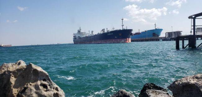 وصول الشحنة الثالثة من المشتقات النفطية السعودية إلى عدن