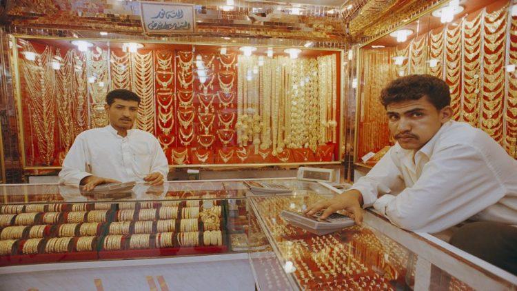 أسعار الذهب في الأسواق اليمنية تسجل ارتفاعا كبيرا متأثرة بارتفاع الدولار